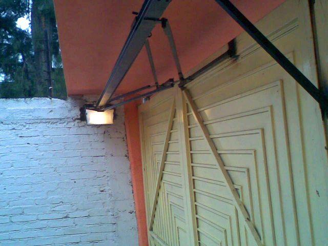 Sistema abatible hacia afuera en paralelo a la puerta for Puertas que abren hacia afuera